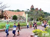 Nhộn nhịp khách du lịch tham quan tháp Pô Klong Garai