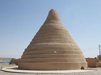 Trữ băng đá suốt mùa hè ở sa mạc bằng tủ lạnh 2.400 tuổi